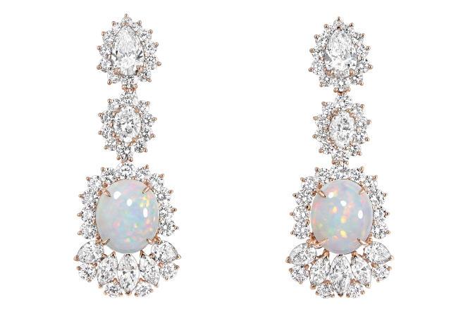 Boucles d'oreilles, or rose, diamants et opales blanches, collection « Dior et d'Opales », de Dior Joaillerie.