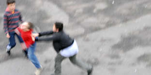 Un enfant mieux outillé, qui dépasse son appréhension du conflit physique et développe son répondant, se prémunit des coups et des offenses.