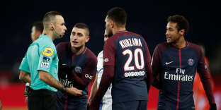 Soccer Football - Ligue 1 - Paris St Germain vs Troyes - Parc des Princes, Paris, France - November 29, 2017 Paris Saint-Germain?s Neymar and Marco Verratti remonstrate with the referee REUTERS/Benoit Tessier
