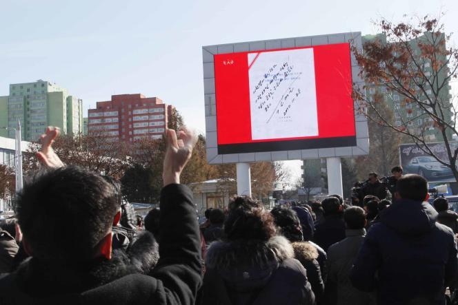 La télévision nord-coréenne montre l'ordre de lancement d'un missile balistique signé par Kim Jong-un, à Pyongyang, le 29 novembre.