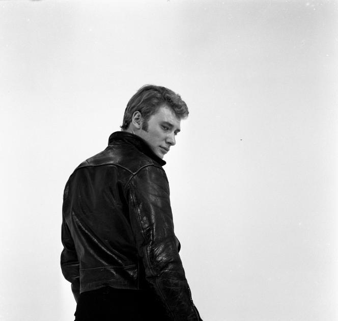 Johnny Hallyday posant sur le plateau de l'émission de variétés «Show Johnny Hallyday» réalisée par Jean-Christophe Averty, en 1965.