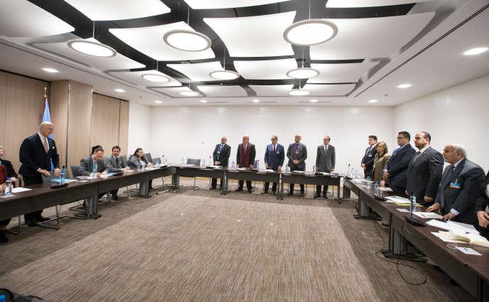 Staffan de Mistura (debout, à gauche), émissaire spécial de l'ONU pour la Syrie, lors des négociations intersyriennes de Genève, le 30 novembre 2017.