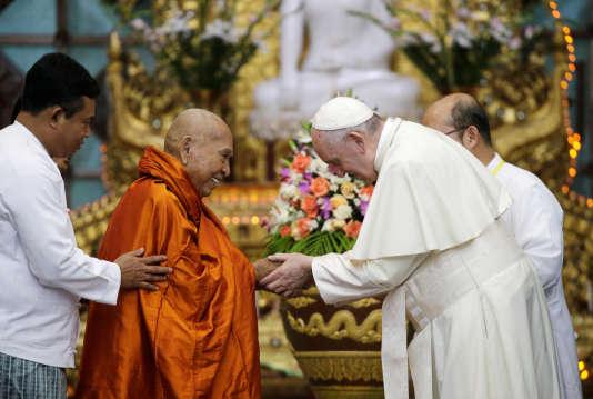 Le pape François accueilli au centre bouddhiste de Kaba Aye, à Rangoun, le 29 novembre.