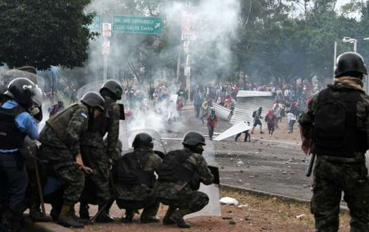 Des manifestants favorables au candidat de l'opposition ont affrontéles forces anti-émeutes, àTegucigalpa (Honduras), le 30 novembre 2017.