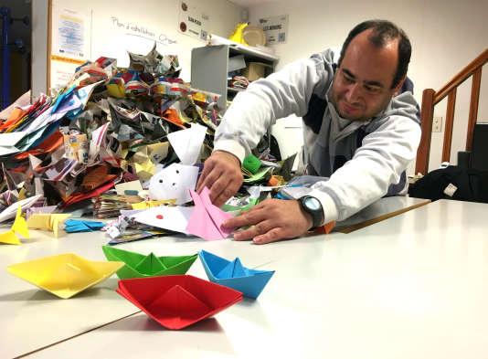 Des caisses entières d'origamis sont arrivées à la Maison de l'enfance, où travaille Emmanuel Crétier. Le but ? Battre le record du monde du plus grand nombre d'origamis agrafés ensemble (21 564 à ce jour).
