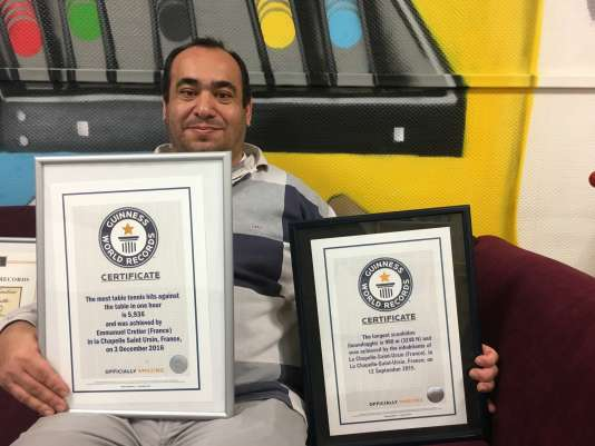 Emmanuel Crétier avec les certificats du«Guinness » pour deux de ses records du monde.