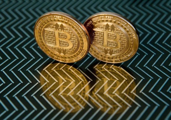 « le poids total des cryptomonnaies ne représente en effet que 0,5 % de la capitalisation boursière mondiale, dont 0,3 % pour le seul bitcoin» (Photo: bitcoins).