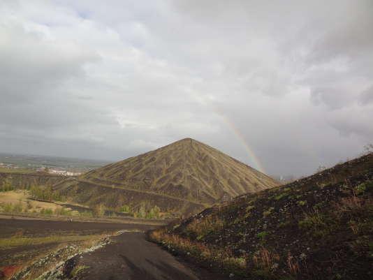 A Loos-en-Gohelle, les deux terrils les plus hauts de la région se dressent au dessus de la plaine.