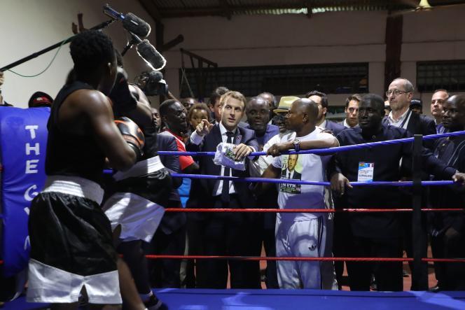 Emmanuel Macron lors d'une visite dans un club de boxe du quartier de Jamestown, à Accra, le 30novembre 2017.