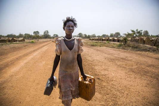 Alissa Lual, Sud-Soudanaise, a dû fuir son village et la guerre civile. Elle est ici photographiée dans un camp de fortune loin de l'Ouganda.