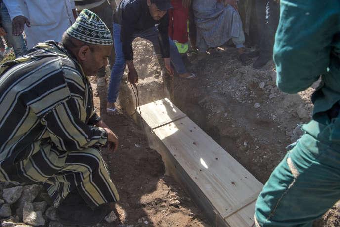 Enterrement d'une des victimes de la bousculade mortelle de Sidi Boulaalam, à Essaouira, au Maroc, le 20 novembre 2017.
