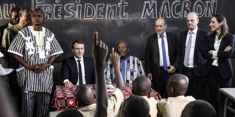 Les présidents français, Emmanuel Macron, et burkinabé, Roch Marc Christian Kaboré, lors d'une visite dans une école primaire à Ouagadougou, le 28novembre 2017.