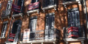 Des panonceauxsignalent des appartements vendus sur un immeuble à Toulouse, le 16 novembre.