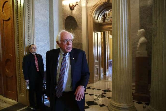 Le sénateur indépendant Bernie Sanders, dépité, à l'issue du vote de la réforme fiscale au Sénat américain.