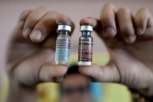 Deux ampoules contenant le Dengvaxia, un vaccin contre la dengue développé par le laboratoire Sanofi.