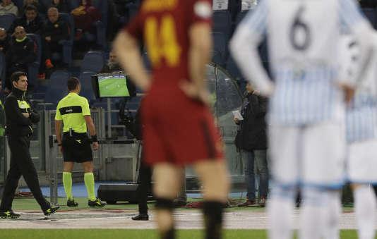 Les joueurs de la Roma et de la SPAL attendent une décision de l'arbitre italien Rosario Abisso, fixé sur son écran de contrôle, le 1er décembre.