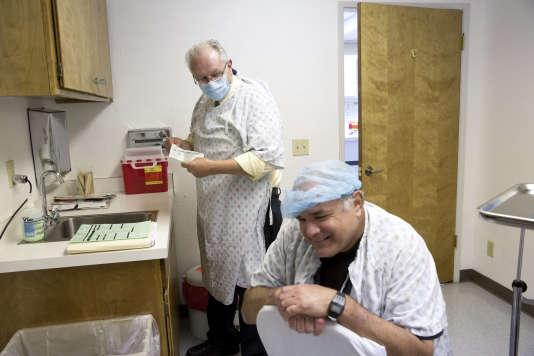 Un patient, dont lafièvre de la valléea atteint le cerveau, reçoit un traitement à Bakersfield (Californie) en 2013.