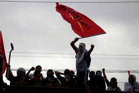 Un supporter de Salvador Nasralla, candidat à l'élection présidentielle au Honduras, lors de manifestations à Tegucigalpa, le 30 novembre.