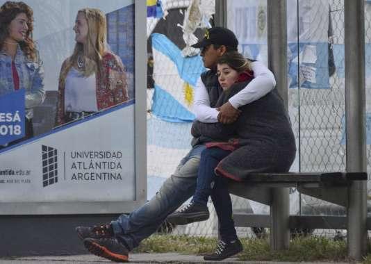 Des proches des victimes, le 30 novembre, à l'extérieur de la base navale deMar del Plata (Argentine).