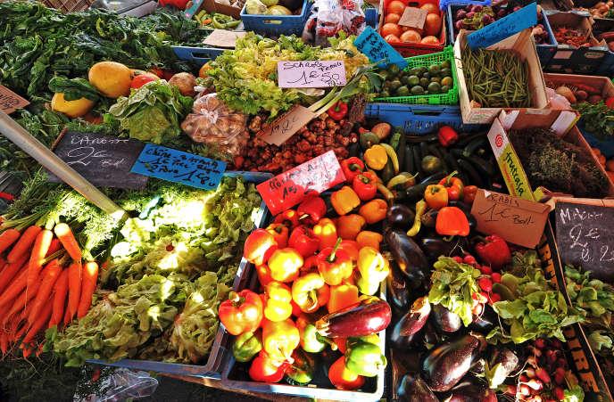 Un stand de fruits et légumes sur un marché à Lille.