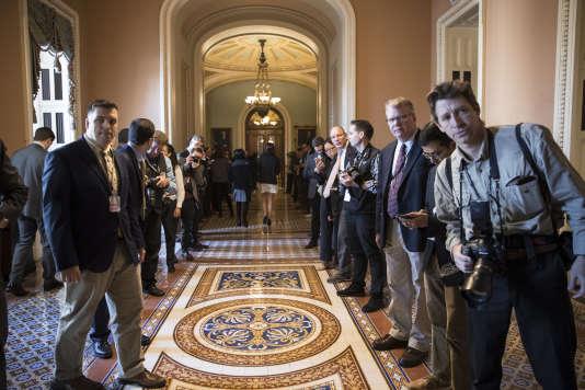 Dans les couloirs du Sénat américain avant le vote sur la réforme de la fiscalité, vendredi 1er décembre.