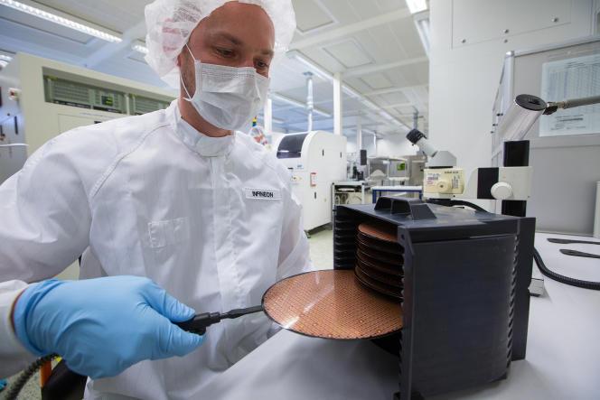 Contrôle d'un « wafer » (puce dessinée sur un disque de silicium d'une trentaine de centimètres carrés) à l'usine Infineon de Ratisbonne (Allemagne), en février 2016.