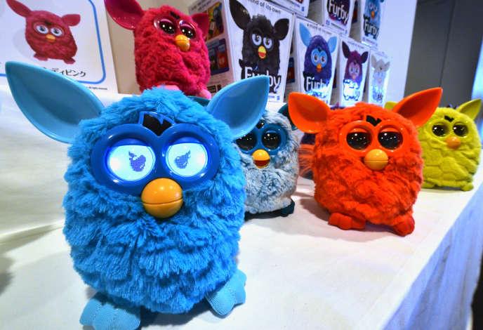 Des modèles de Furby connectés lors d'une présentation à Tokyo, en septembre 2012.