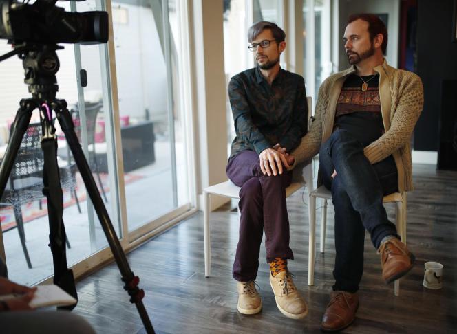 Le couple David Mullins (à gauche) et Charlie Craig, lors d'une émission de télévision tournée dans leur maison de Denver, le 28 novembre 2017.