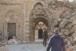 En Syrie, architectes et ouvriers tentent de reconstruire la grande mosquée d'Alep.