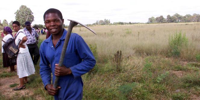 Un Zimbabwéen content de « récupérer» des terres, dans la région de Hararé, en avril 2000.