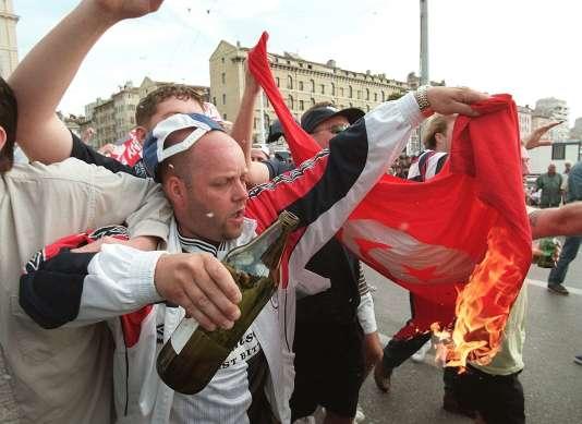 Des supporteurs anglais brûlent le drapeau tunisien, le 14 juin 1998 à Marseille, avant le match entre les deux équipes.