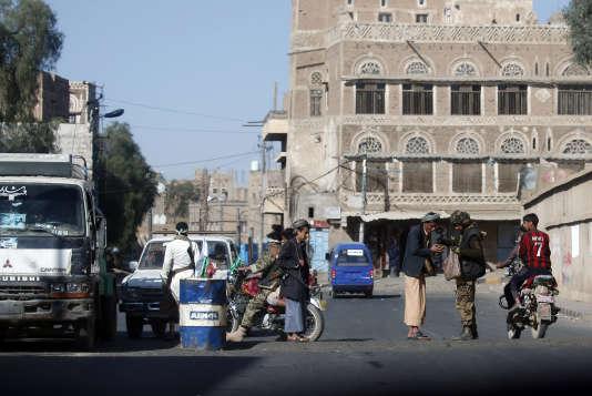 Point de contrôle des rebelles houthistes dans une rue de la capitale yéménite, Sanaa, le 2 décembre.