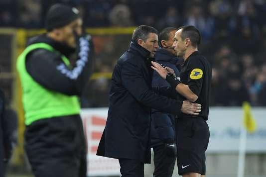 Thierry Laurey en discussion avec l'arbitre Ruddy Buquet, lors du match face au Paris Saint-Germain.