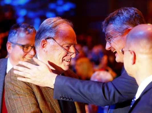 A l'issue du congrès de Hanovre, Jorg Meuthen félicite Alexander Gauland avec qui il prendra la tête du parti d'extrême droite AfD.
