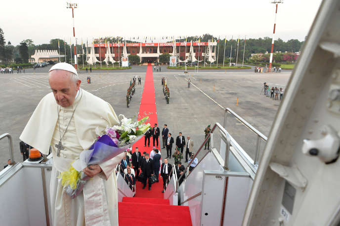 Le pape François embarque à bord de son avion pour quitter le Bangladesh, le 2 décembre.