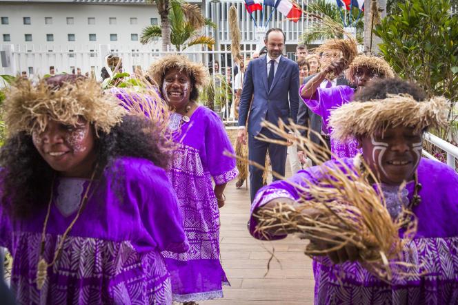 Edouard Philippe, premier ministre, est accueilli à l'hôtel de la province Sud de Nouvelle-Calédonie, à Nouméa, le 2 décembre.