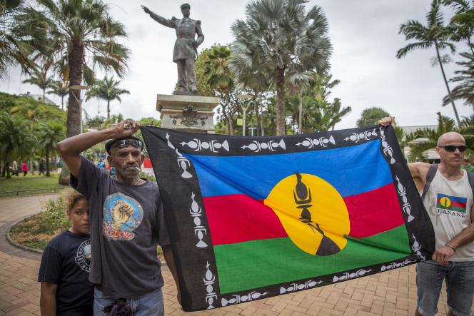 Des indépendantistes néo-calédoniens manifestent place des Cocotiers durant le visite du Premier ministre Edouard Philippe à la mairie de Nouméa, le 2 décembre.