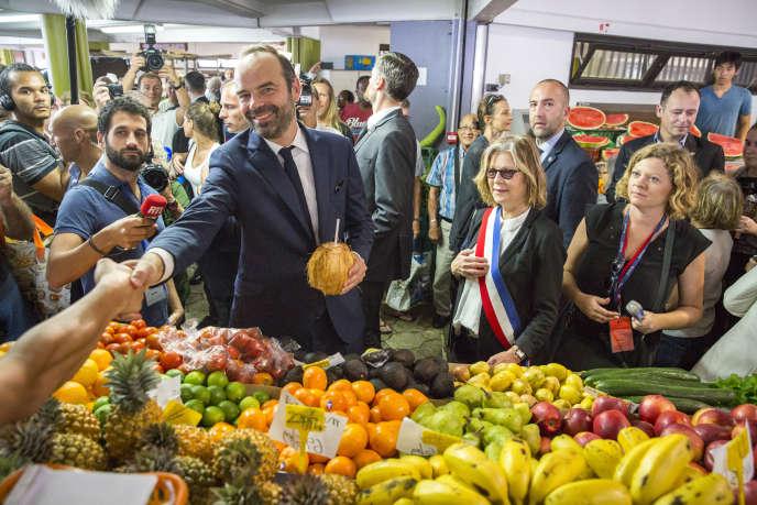 Edouard Philippe, premier ministre, visite le marché de Nouméa avec Sonia Lagarde, maire de Nouméa.