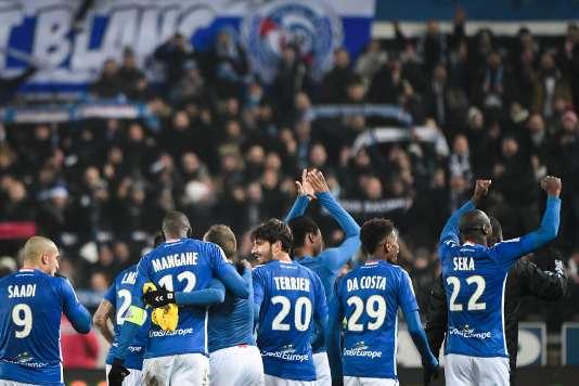 Les Strasbourgeois saluent leur public après la victoire face aux Parisiens, 2-1.