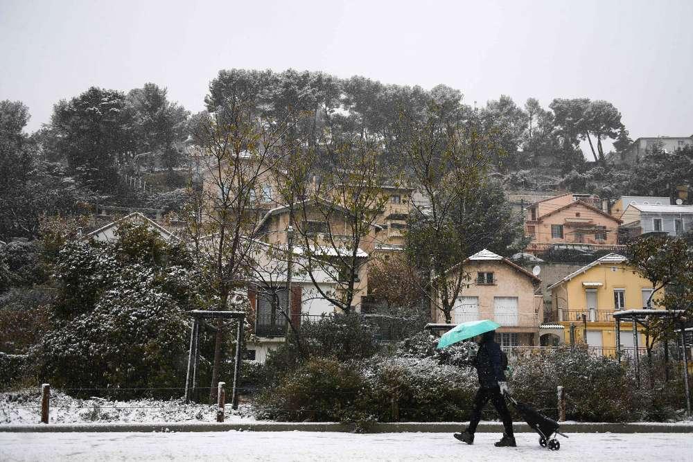 Dans Marseille, peu habituée aux flocons, un fin manteau blanc tenait dans certains quartiers.