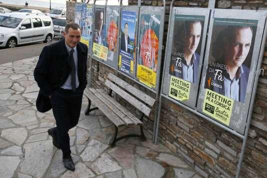 Le président du conseil exécutif de Corse et candidat de Pé a Corsica, Gilles Simeoni, s'apprête à voter dimanche à Bastia.