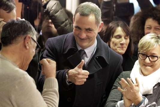 Gilles Simeoni, candidat de «Pè a Corsica», et ses supporteurs, à Bastia, après les résultats du premier tour des élections territoriales corses, le 3 décembre 2017.