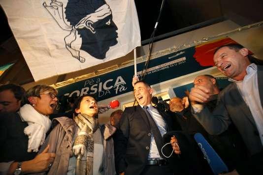 La joie de Gilles Simeoni et des sympathisants de la coalition Pè a Corsica, dimanche 3 décembre, à Bastia (Haute-Corse).