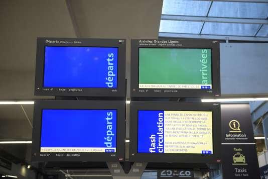 Ecrans d'affichage des départs et arrivées à la gare Montparnasse le 3 décembre.