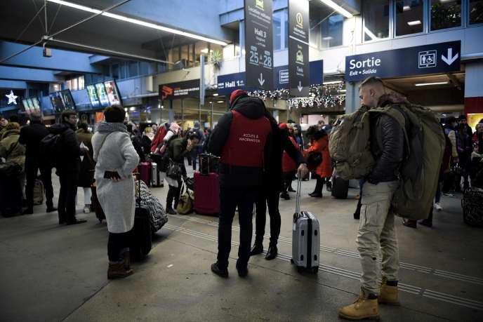 Attente dans un hall de la gare de Paris-Montparnasse, le 3 décembre.
