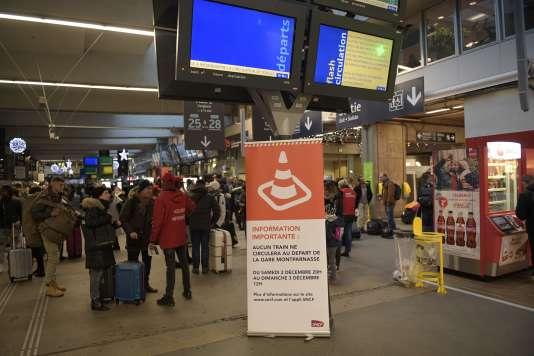 «Une performance décroissante et une dépense publique en baisse ne pouvaient déboucher que sur une « bulle ferroviaire », qui explose aujourd'hui» (A la gare Montparnasse, le 3 décembre 2017).