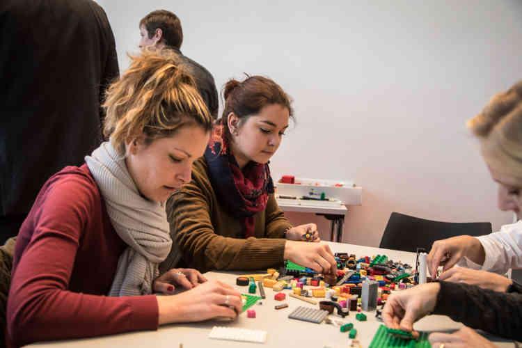 A l'issue des conférences, les participants peuvent participer à toutes sortes d'ateliers en plus petit comité. Ici, la découverte du«Lego Serious Play», proposé par l'ICN Business School, pour «prendre les devants sur l'avenir et modéliser son idée du futur».
