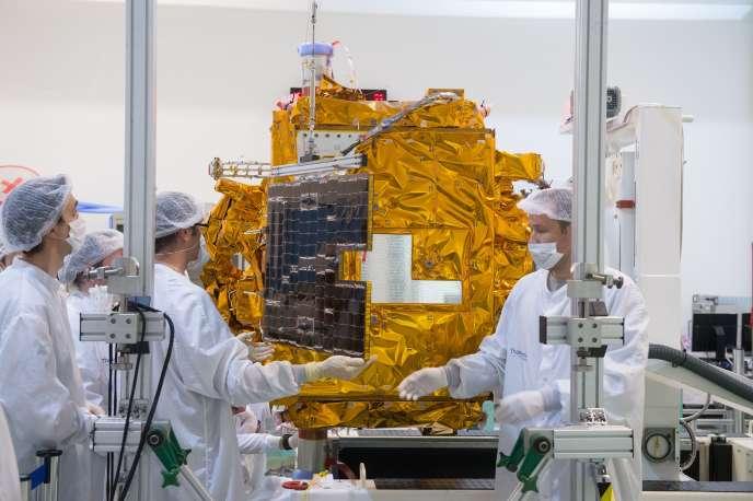 Mise en place des ailes du panneau solaire de Microscope 11/02/2016 .Centre Spatial de Toulouse