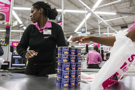 Des produits NutriDay de Danone à la caisse d'un supermarché de Centurion, en Afrique du Sud.