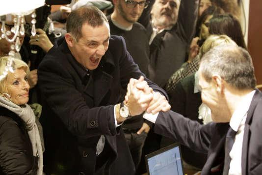 Gilles Simeoni (à gauche) et Jean-Guy Talamoni se félicitent mutuellement après leur victoire aux élections territoriales corses, le 3décembre.